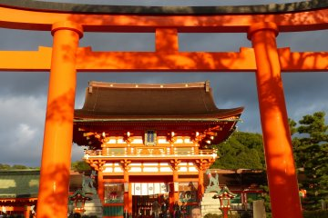 ล้อมรอบด้วยเสาแดงที่ Fushimi Inari