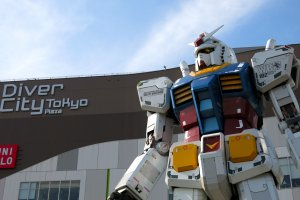 """Gundam statue """"RG 1/1 RX-78-2 Gundam Ver. GFT"""" not only has a commanding stance in front of Diver City Tokyo, its head rotates in various directions!"""