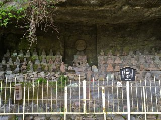 The 1,500 stone figures of Tokai Arhats were chiseled from special stones brought in from Izu by the sea. Each are marvelous masterpieces depicting the spirit of eternal benevolence.