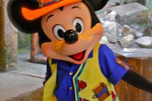Di pelabuhan persinggahanLost Delta River di Tokyo DisneySea, kunjungi 'Mickey & Friends' Greeting Trail'untuk mengambil beberapa foto dengan karakter Disney seperti Mickey, Minnie dan Gufi.