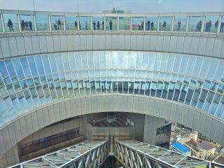 Para aceder ao 40º andar, o Observatório do Jardim Flutuante, pode usar o elevador ou subir um lanço de escadas. De qualquer das formas, será levado a um espaço circular com uma vista fantástica.