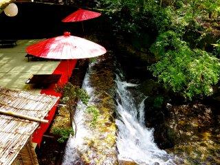 คะวะโดะโคะ (Kawadoko) โต๊ะเหนือสายน้ำ