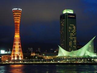 神戸ポートタワーの夜間イリュミネーション。神戸パシフィックから神戸ポートタワーに至るこの空間は実にユニークだ; これほどの空間美は東京スカイツリーや東京タワーでも創り出せない