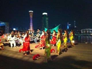 神戸ポートタワーのウォーターフロントで夏に開催されるハワイアン・フラダンスのイベント