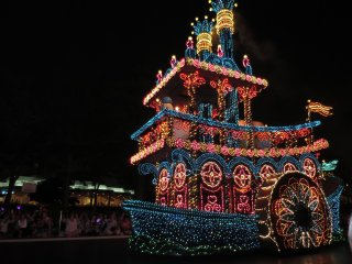 Электрический парад в Токийском Диснейленде: Шоу-корабль
