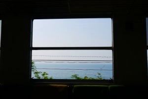 車窗外出現海景囉