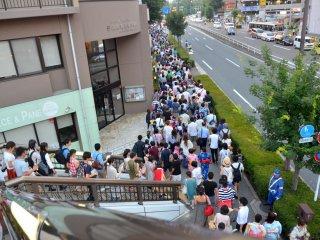 Une foule de spectateurs en route vers le parc pour le spectacle... Malgré le monde, le trajet se fait dans une ambiance agréable.