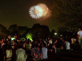 Assister au spectacle, par une douce soirée d'été, entouré des personnes que l'on aime...