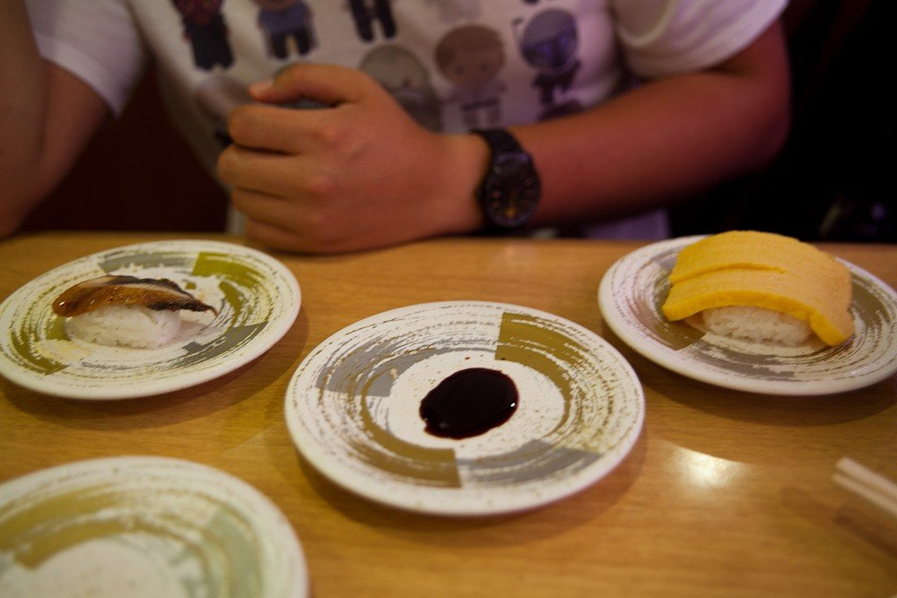 不同顏色和圖案的碟子表示壽司的價格。