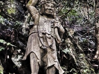 A large-sized statue ofFudō Myō-ō, who seems to have lost his sword.