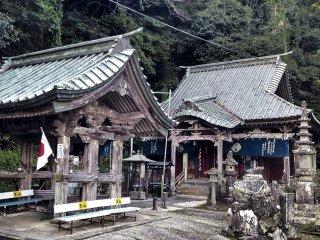 Before you reach the waterfall, you will pass through Kenryu-ji.