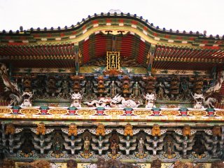 The relief carvings painted in gold and silver on the pillars and the colors painted in the complicated structures are extraordinarily gorgeous. This might be the most gorgeous architecture in Japan