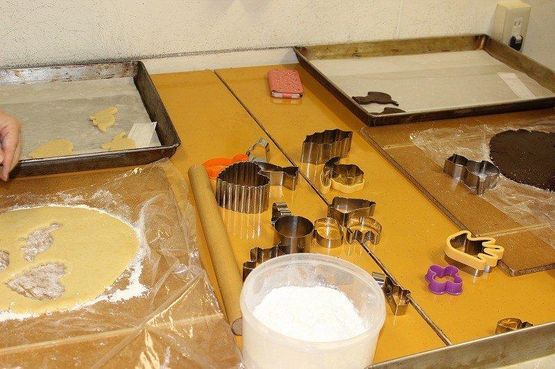 あらかじめこねて粗伸ばししてある生地をさらに延ばし、型抜きして焼き上げるクッキー作り体験