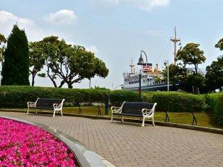 ในสวนรวบรวมเอาดอกไม้ สนามหญ้า และทะเลเข้าด้วยกัน