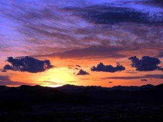 西山公園の丘の上から眺める福井の夕陽