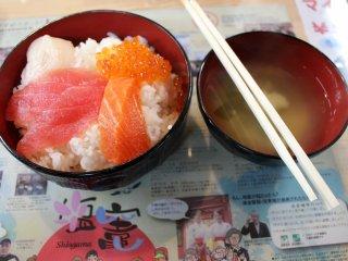 Hải sản tươi sống với cơm và súp miso