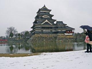 Mid-February snowfall at Matsumoto Castle
