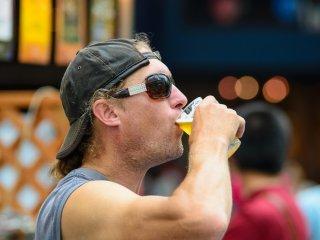 Boire de la bière...