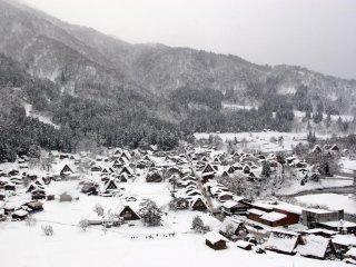 주변 산중턱에서 보이는 시라카와고 마을