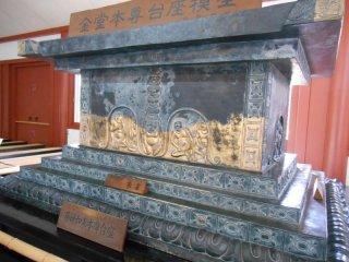 Le piédestal du Bouddha avec ces réferences à la route de la Soie