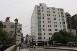 O Hotel MyStays Yokohama é um edifício grande. Pode avistá-lo mesmo da estação de comboios de Koganecho.