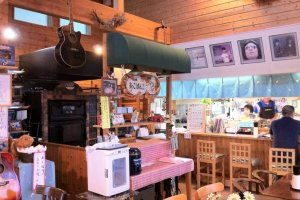 Tea shop, bar, live house?  The interior of Kitchen House Furin