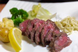 Steak d'Hida accompagné de légumes régionaux