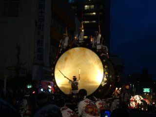Le grand taiko (o-daiko) commence promptement la parade à 19h
