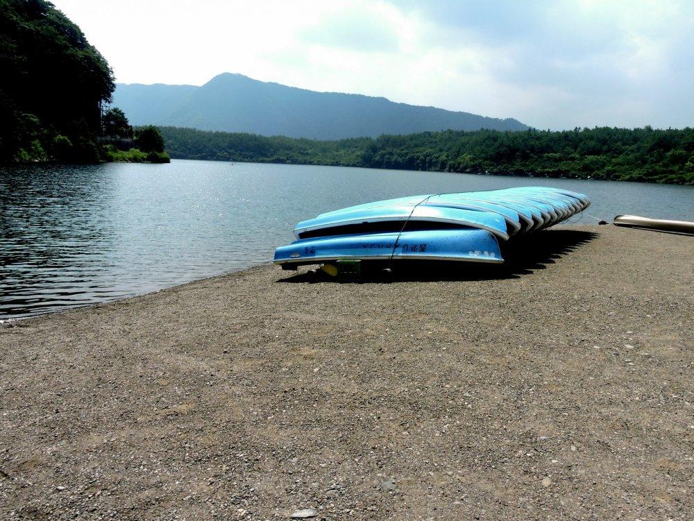 Um pequeno barco na margem do lago