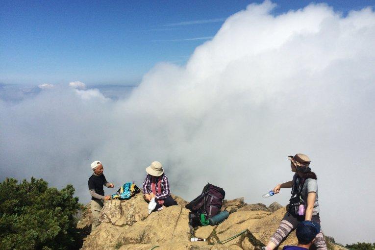 Облака на вершине горы Сибуцу