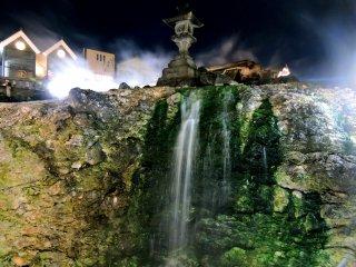 Một chiếc đèn đá trên đỉnh của thác nước nóng