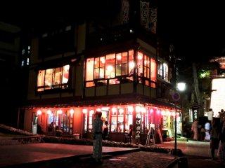 Buổi đêm, nhà hàng này trông thật sống động và như lời mời chào