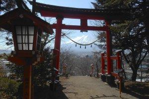 Vue sur le Mont Fuji depuis le torii du sanctuaire Arakura Sengen