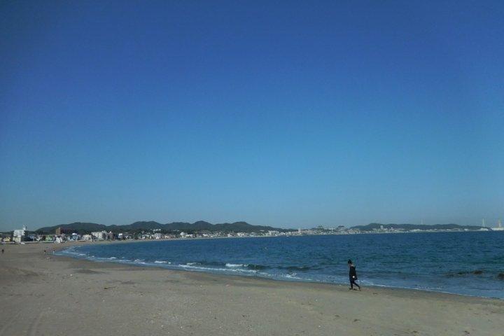 เดินเลียบชายหาดมิอูระในวันฟ้าใส