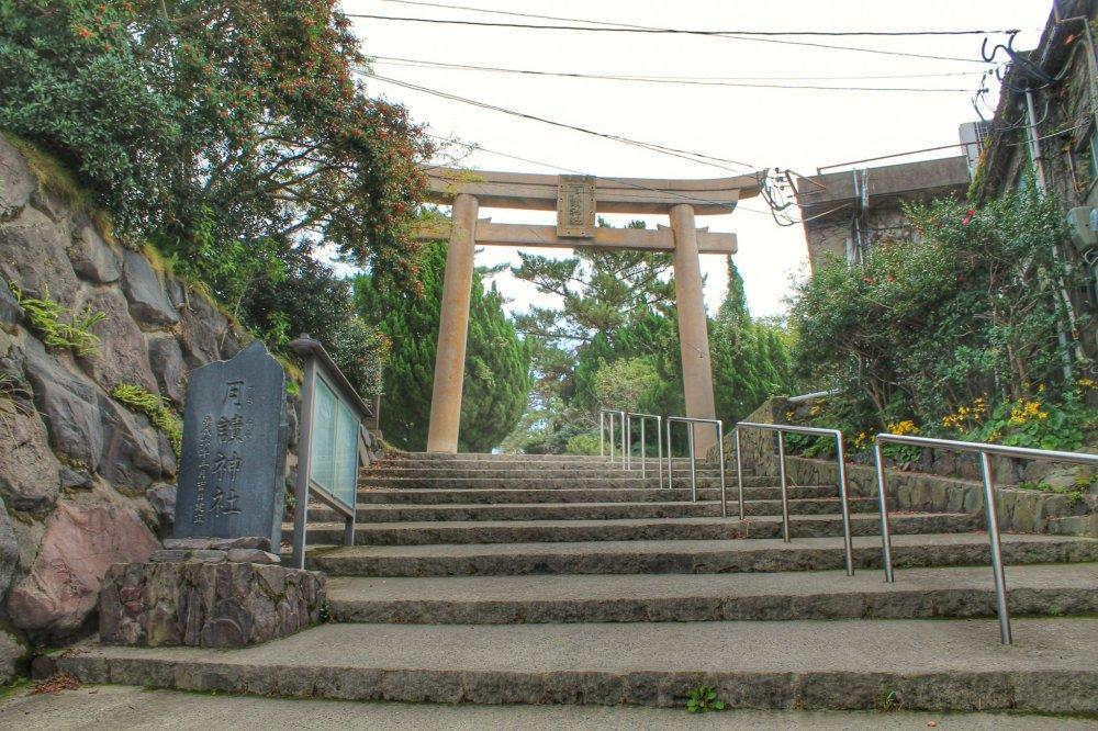 Vous pouvez voir la porte d'entrée du sanctuaire Tsukiyomi depuis la rue