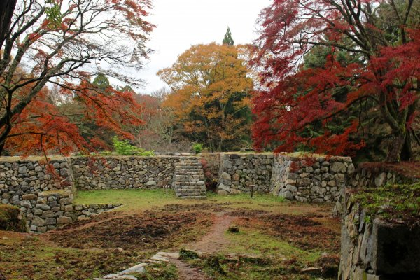 Autumn colors and the Taiko Turret/Jugokentamon Gate foundations fromm the bottom of the keep tower foundations