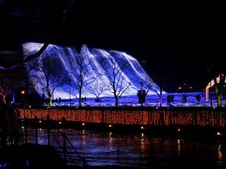 "''Waterfall of Light""; this latest feature of the park is 66 meters high!"
