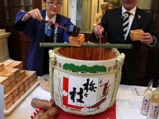 On New Year's Day, the celebration sake is offered to the hotel guests