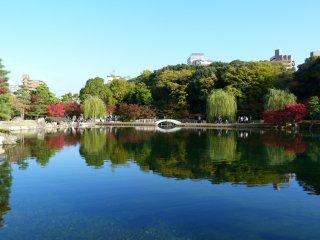 Le Seikotei est une petite reproduction de la digue quidivise la surface du lac Sei en Chine