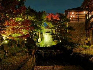 Vue sur la cascade Ryumon un soir d'automne