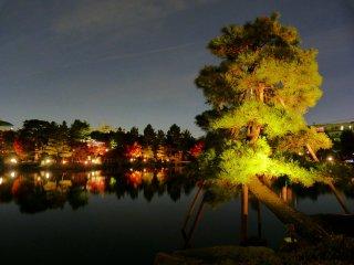 Le lac avec les feuillages d'automnedes arbres qui se reflètent dans les eaux sombres