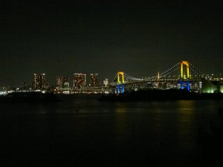 Wait until it's completely dark, so you will see the Rainbow Bridge in all its phases: by day, by sunset, and by night.