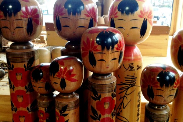 The local handicraft stores are famous forkokeshidolls