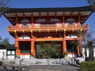 Ворота Дэва расположены в передней части храма