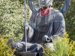 Дзидзо Бодхисаттва, который помогает вести души маленьких детей к их месту в загробной жизни