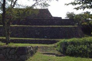 Руины замка Йонаго. Замковая стена