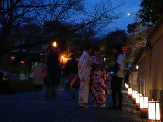 De nombreuses jeunes femmes en kimono profitaient de l'illumination
