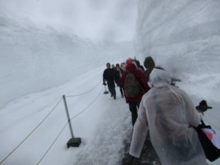 It was snowing heavily at Murodo, the highest point of the mountain crossing.