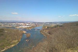 Kitakami dans l'arrière plan où la rivière Waga se jette dans le fleuve Kitakami