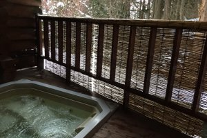 Le bain extérieur sur la terrasse